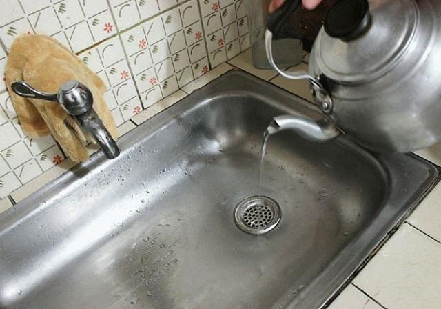 Nước sôi rất thường xuyên giúp đối phó với ô nhiễm địa phương