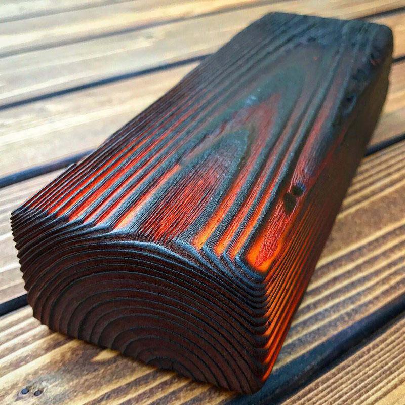 Det verkar som att trädet håller på att börja brinna - men det är inte så: träet svalnar gradvis och förvärvar en unik, elegant skugga