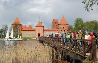 Trakai_Castle_tourists