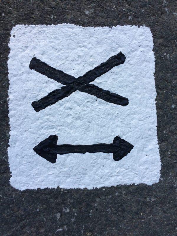 Auf dem Asphalt gemalt: Weg 007 Andreaskreuze geht hier geradeaus