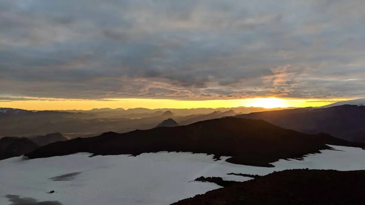 Hiking Fimmvörðuháls – go between glaciers