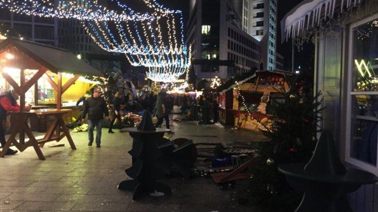 Грузовой автомобиль протаранил рождественскую ярмарку в Берлине (ОБНОВЛЕНО) 3