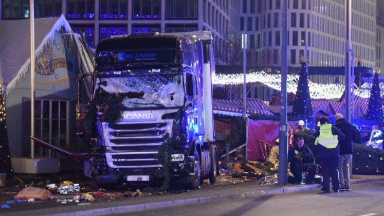 Грузовой автомобиль протаранил рождественскую ярмарку в Берлине (ОБНОВЛЕНО) 4