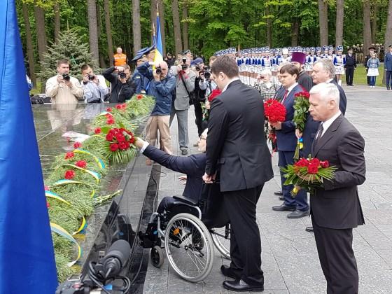 Во время памятной акции на Мемориале Славы в Харькове произошли стычки 4