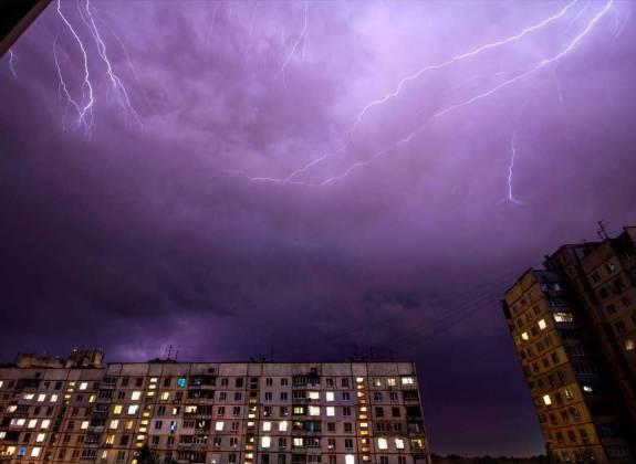 Ночная гроза в Харькове: жители делятся эффектными фото бушевавшей стихии 10