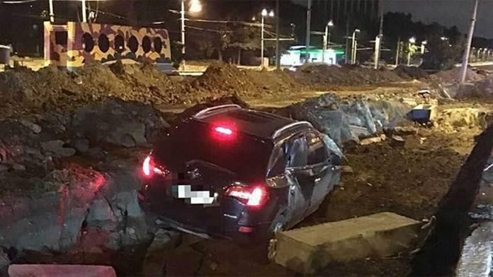 Очередной пьяный водитель разбил свой автомобиль, въехав в яму, вырытую ремонтниками 1