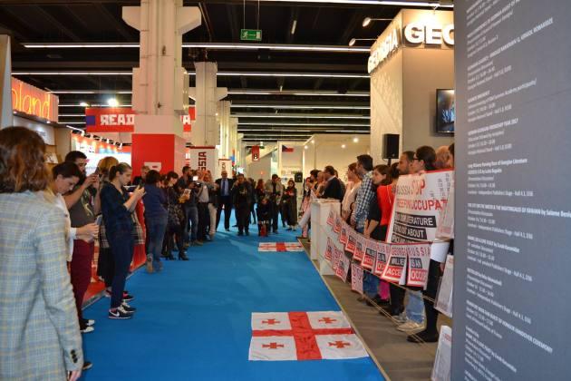 """Stop Russia"": Грузинские писатели и издатели устроили протест на книжной выставке во Франкфурте 3"