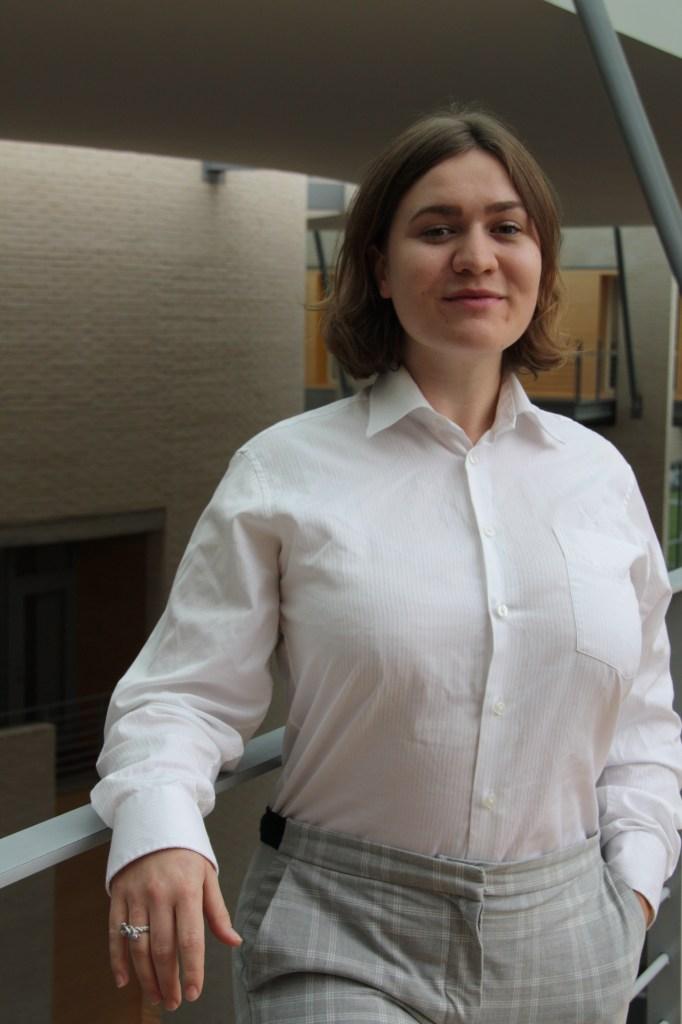 Jente, studerer Shipping Management på NTNU i Ålesund. Farget bilde.