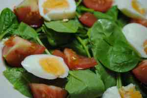 Spinach, egg and tomato salad recipe