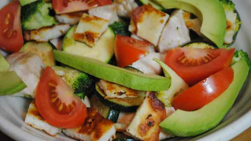 Low Carb Filling Chicken and Halloumi Salad