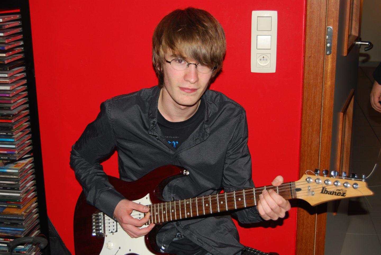 Student op kot in Arenberg die gitaar speelt