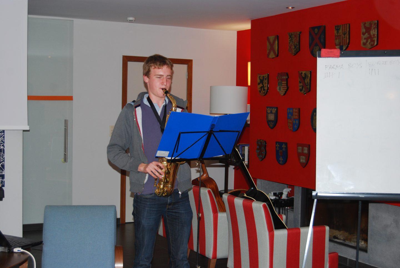 Student van Arenberg die saxofoon speelt
