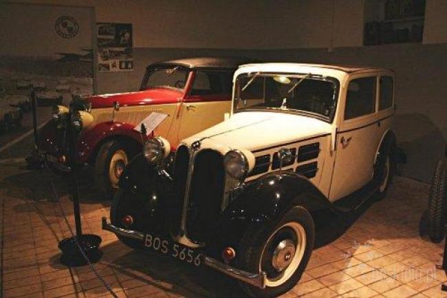 старый автомобиль в музее