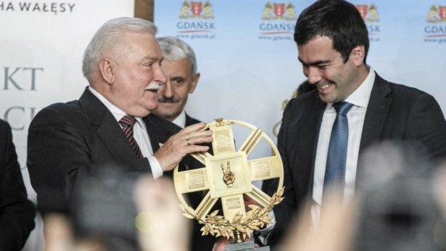 Лех Валенса получает нобелевскую премию