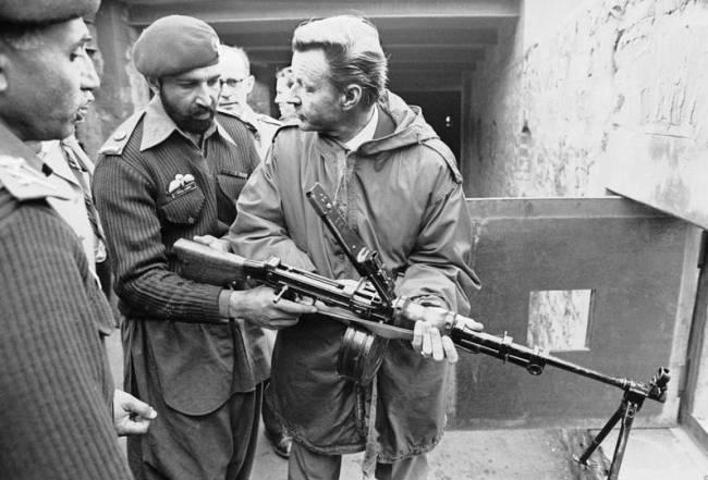 Збигнев Бжезинский с пакистанскими солдатами в марте 1980 года