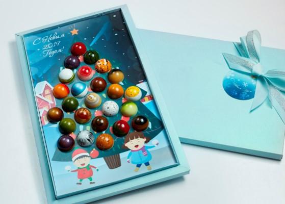 Коробка-елка с шоколадными игрушками