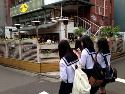 Joshi-kokousei, delle liceali giapponesi... a riprova del fatto che non è un quartiere inaccessibile alla gente comune. Sempre che le uniformi siano vere.