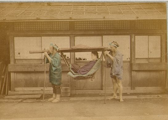 baron_raimund_von_stillfried_und_rathenitz_1839-1911_-_japanese_woman_carried_in_kago_-_n-_1043
