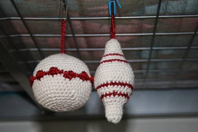 Kersthaaksels: rood wit kerstballen