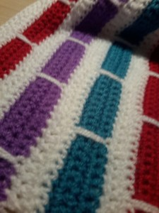 Deken met streeppatroon in paars, blauw en rood op witte achtergrond | Studiebolletjes.nl