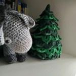 Gehaakte ezel naast gehaakte kerstboom