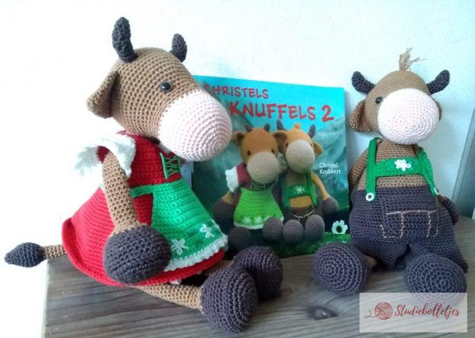Het boekje Christels Knuffels 2 met de gehaakte koeien in klederdracht.