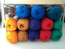 Diverse kleuren bollen van het garen Scheepjes Larra, geschikt om mee te haken