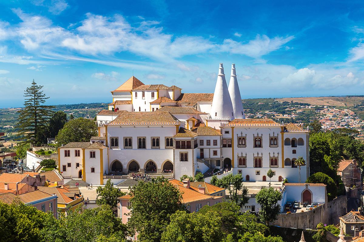 Vue du Palais National de Sintra par temps clair. On voit clairement les deux impressionnantes cheminées sur cette photo.