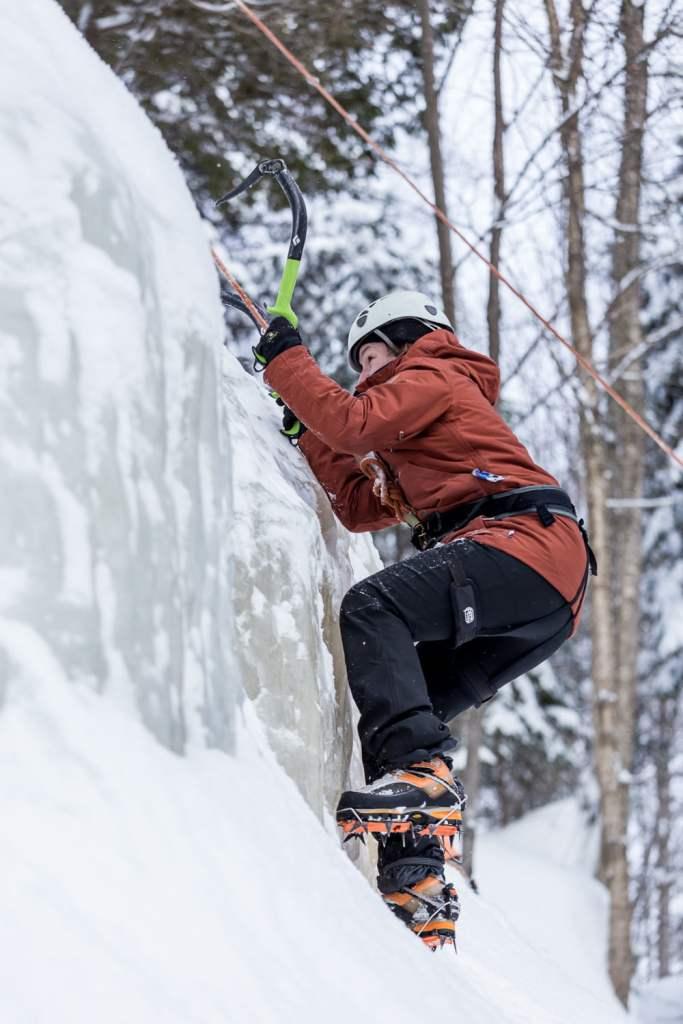 patricia faisant de l'escalade de glace