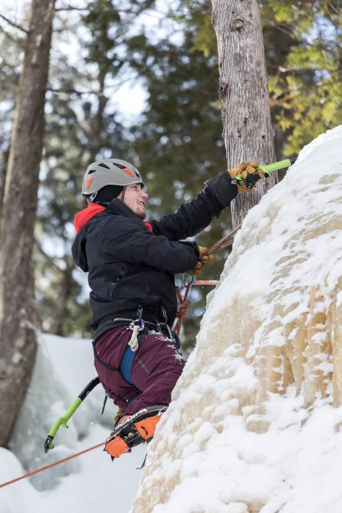Samuel installe un relais pour l'escalade de glace