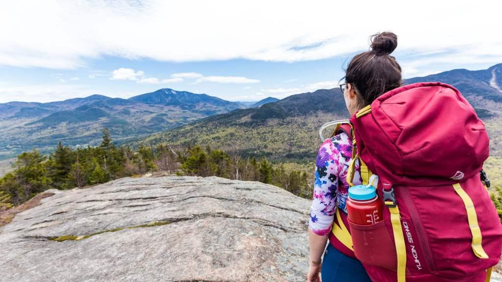 Andréanne admire la vue du sommet du mont Brothers