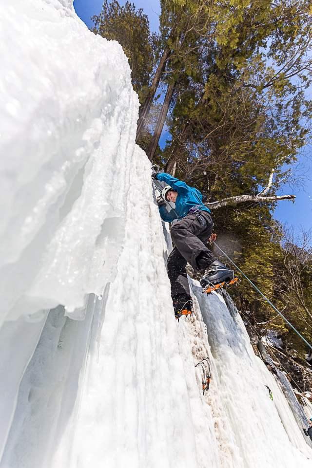 Paul pendant La clinique d'initiation à l'escalade de glace de parcours aventure pendant le Festiglace 2020 de Pont-rouge au Québec