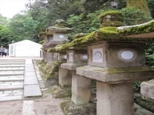 春日神社に行く途中の灯篭