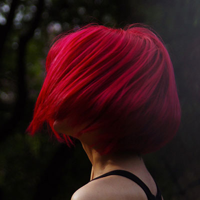 Site internet_zoom_cheveux_rouge_femme_coiffure_image_marque_jolies_mômes