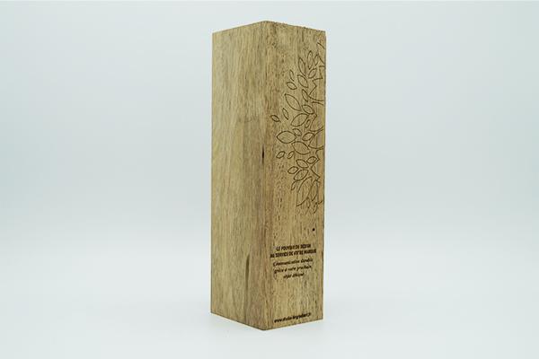totem rectangulaire verticale, bois massif, gravure et découpe motifs feuilles