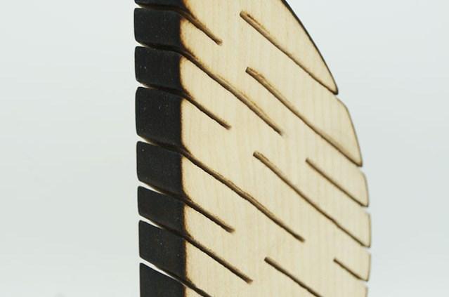 objet ethique - trophée eco responsable fait main - artisanat français - zoom sur détail pièce en bois