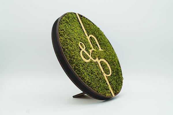 création ronde en mousse végétal - fabrication artisanale, made in Paris, logo entreprise en décoration végétale