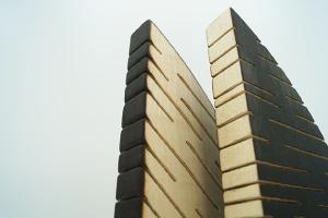 shooting photo - sculpture en bois rainuré, technique du bois brûlé, artisanat trophée