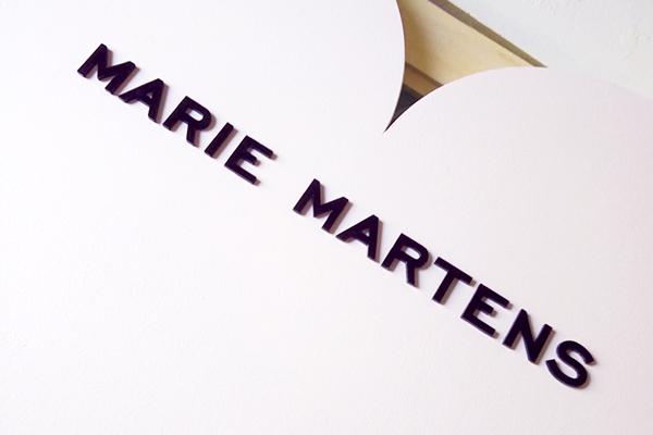 zoom sur logo en relief, supports de communication, merchandising éco-responsable, Marie Martens, Artisanat numérique, création trophée éco-responsable sur mesure