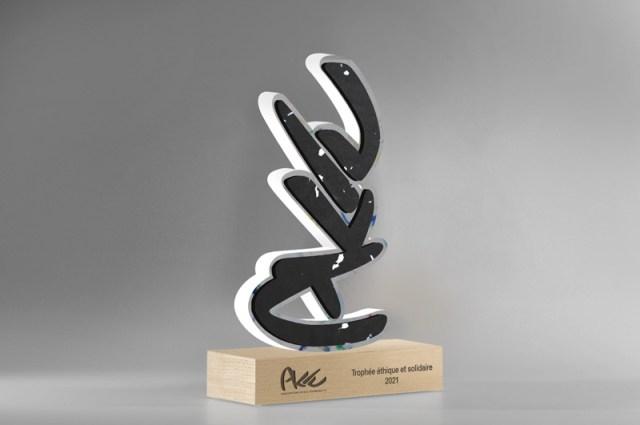 shooting photo d'un trophée sur mesure, fabrication de trophées recyclés personnalisés, trophée-sculpture unique upcyclé, gravure laser logo entreprise