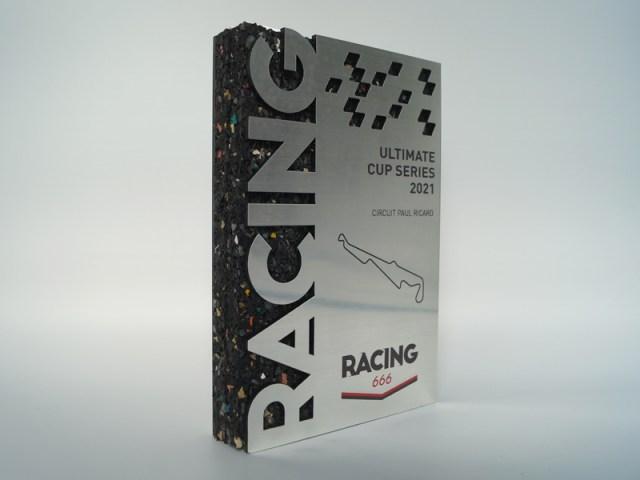 Trophée pour entreprise, trophée pour le sport, caoutchouc recyclé, découpe lettre et logo client, trophée sur mesure en bi-matière
