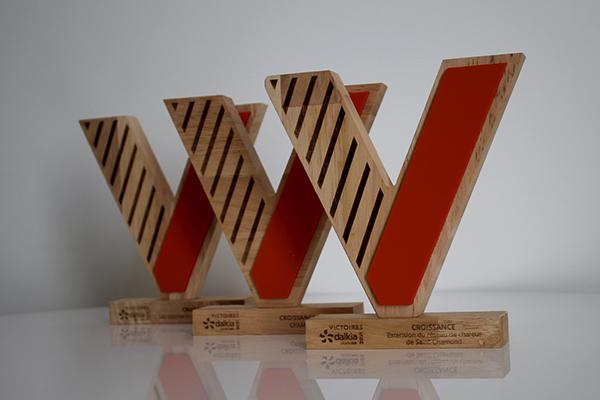 trophée en bois sur mesure, découpe en V, bicolore bois et orange, bi matière, trophée sur socle, studio l'ingrédient