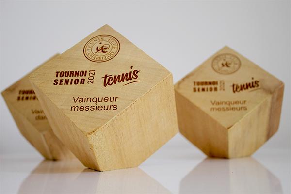 trophée en cube, bois et gravure, par 3, personnalisables, création unique