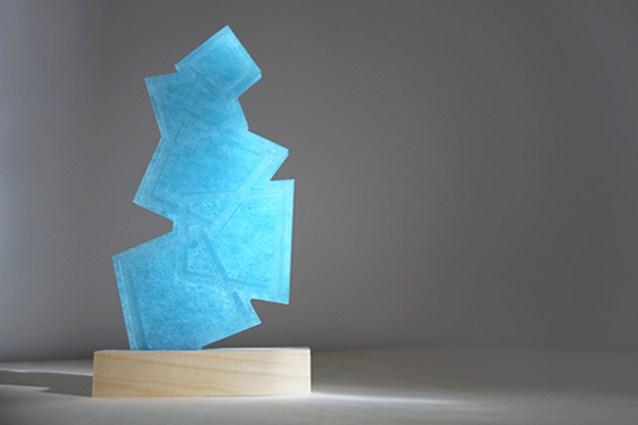 Cover avec sculpture artistique en plastique bleu transparent recyclé, création haut de gamme de trophée entreprise, gravure sur socle, objet design by Studio l'ingrédient