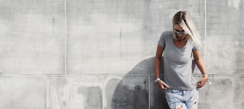vrouw voor een grijze muur met een stuk aangezet beeld