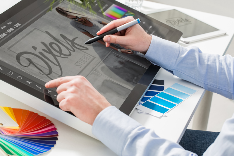 Man op een wacom tekentablet die photoshop heeft open staan