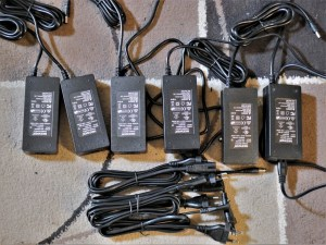 studio-la-boite-a-meuh-panneaux-led-video-Neewer-alimentations