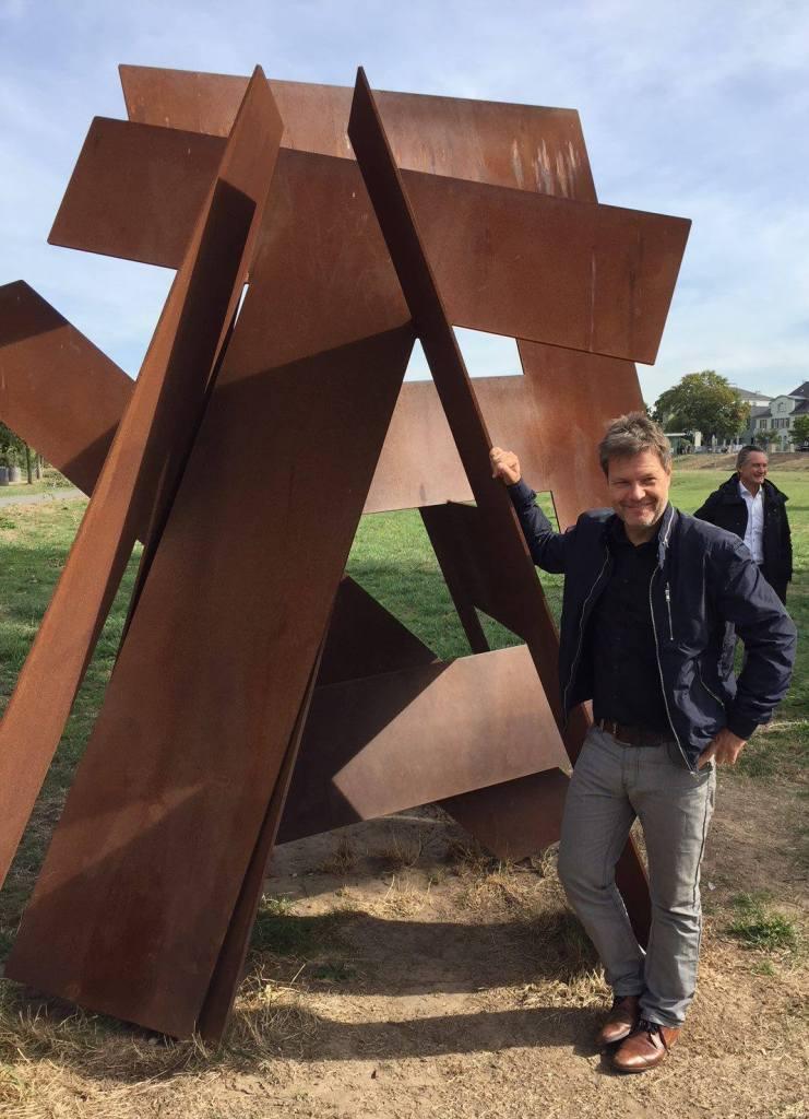 Robert Habeck an der Skulptur HEIMAT. (2018)