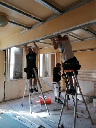 les artisans posent le doublage plafond