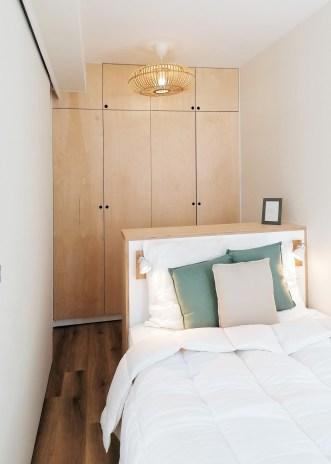 Une chambre avec une grande capacité de rangement